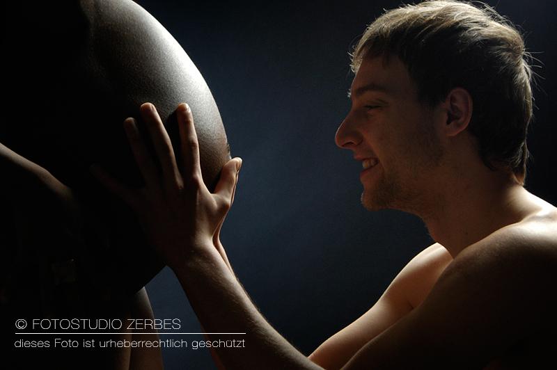 Schwangerschaft Fotoshooting mit Papa im Fotostudio Zerbes in Köln