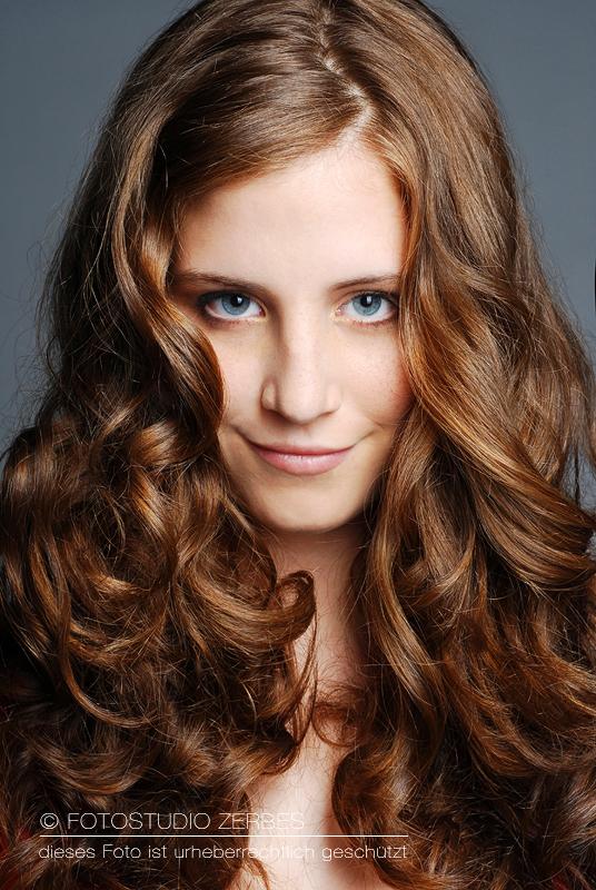 Beauty Porträt Frau bei Fotoshooting mit Make Up
