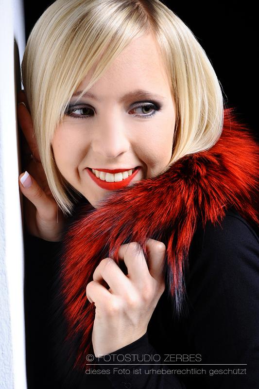 Fotoshooting mit Make Up - Portrait von lachender Frau