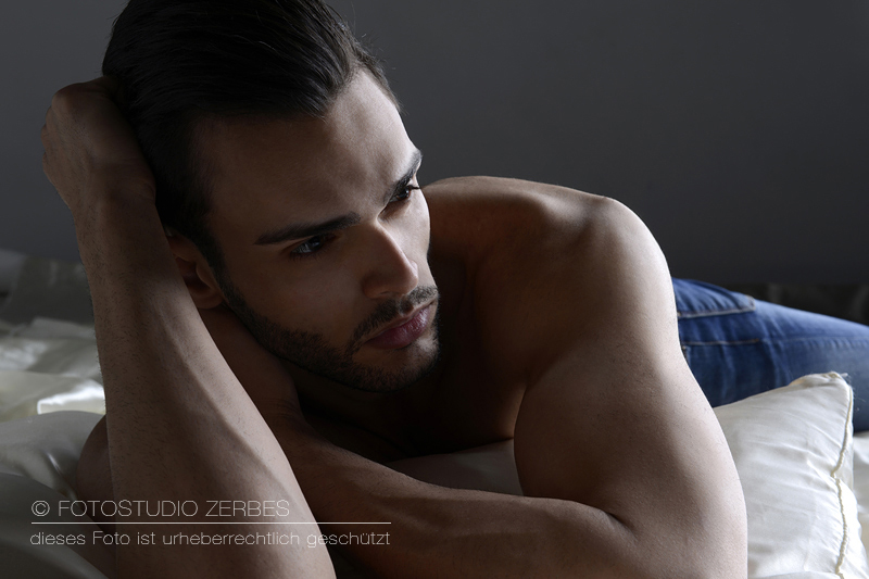 Sexy Foto mit liegendem Mann