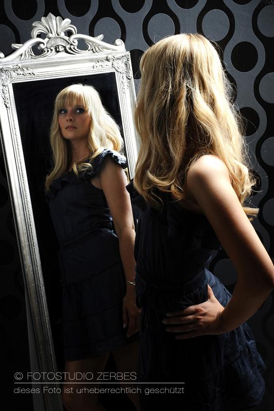 Portrait vorm Spiegel beim Fotoshooting mit Make Up