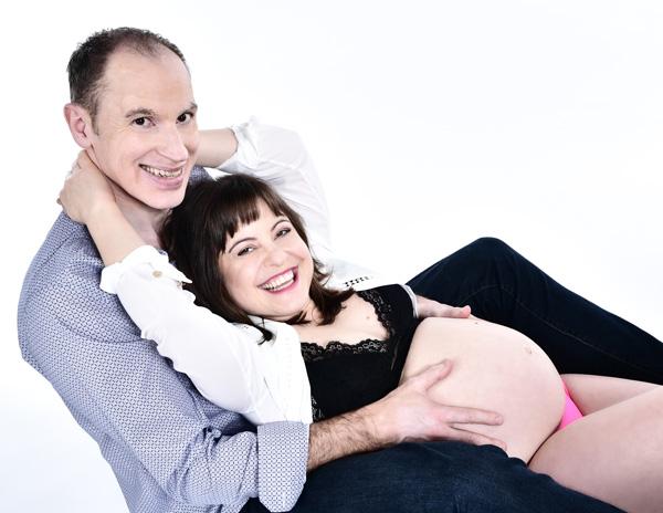 Desi beim Babybauch Fotoshooting für Paare